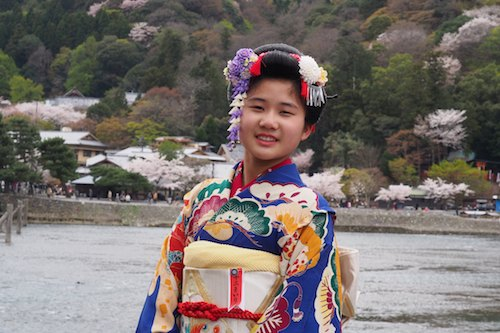 Young people in Kyoto love to dress up to enjoy the cherry blossom season